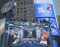De uitzending van vossporten plaatste op Times Square met de klok tellende tijd tot de gelijke van Super Bowl XLVIII in Manhattan Royalty-vrije Stock Fotografie