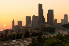 5 de um estado a outro e na cidade no por do sol em Seattle Foto de Stock Royalty Free