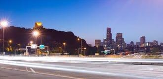 90 de um estado a outro e skyline da cidade na noite em Seattle Imagens de Stock Royalty Free