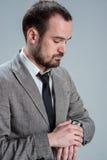 de um homem de negócio que esteja olhando às mãos do cl Fotos de Stock Royalty Free