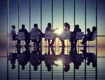 De uma comunicação incorporada da reunião executivos do conceito do escritório fotos de stock royalty free