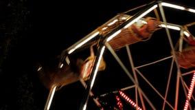De un paseo del Funfair en la noche almacen de video