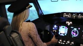 De unga blonda kvinnorna kontrollerar passagerarenivån arkivfilmer