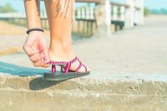 De unga kvinnorna bär den tillfälliga skon på den långa gå banan royaltyfri fotografi