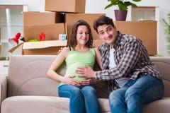 De unga paren av mannen och den gravida frun som förväntar, behandla som ett barn Royaltyfri Bild