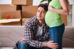 De unga paren av mannen och den gravida frun som förväntar, behandla som ett barn Royaltyfri Foto