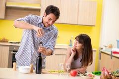 De unga paren som firar bröllopsdag på kök arkivfoton
