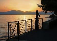 Flicka, afton och hav Fotografering för Bildbyråer