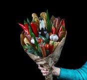 De unie die uit groenten bestaan; kaas; vleeswaren; en een bierfles Voor mensen De unie van mensen in een vrouwelijke hand royalty-vrije stock fotografie