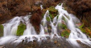 De unieke lente die uit de kant van bergen komen Royalty-vrije Stock Afbeelding
