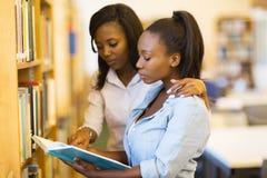 De universitaire bibliotheek van studentenvrienden royalty-vrije stock afbeelding