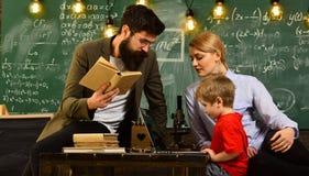 De universitaire mannelijke spreker leidt bedrijfs opleiding, Onderwijs en geletterdheidsconcept - de middelbare schoolleraren ge stock afbeelding