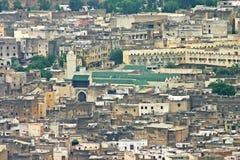 De Universiteit van al-Karaouine onder andere gebouwen in skyl stock afbeeldingen