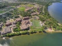 De Universiteit van de Bemidjistaat is een Universiteit in een Stad in Centraal Minnesota op de Kusten van een Meer met dezelfde  stock fotografie