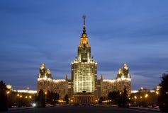 De Universiteit van de Staat van Lomonosovmoskou in avondlicht Stock Foto's