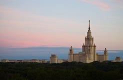 De Universiteit van de Staat van Moskou, Hoofdtoren Zonsopgang in Moskou, Rusland Stock Afbeelding