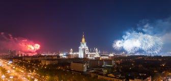 De Universiteit van de Staat van Moskou met vuurwerk stock afbeelding