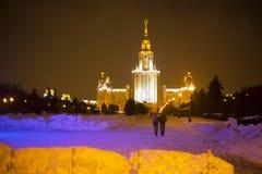 De universiteit van Moskou bij nacht stock afbeeldingen