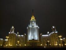 De Universiteit van Moskou bij nacht Stock Foto's
