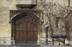 De universiteit van Oxford - sierpoort in Magdalen Street omvat met Klimop Royalty-vrije Stock Foto's