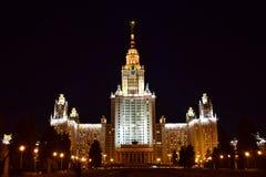De Universiteit van de Staat van Moskou bij nacht stock fotografie