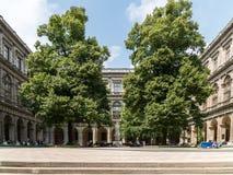 De universiteit van wenen universitat wien redactionele foto afbeelding 58243256 - Eigentijds standbeeldontwerp ...