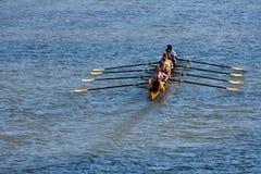 De Universiteitsbemanning Team Rows Down Atlanta River van mensen stock afbeeldingen