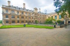 De Universiteitsbinnenplaats - kleur Royalty-vrije Stock Afbeelding