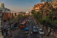 De upptagna gatorna av i stadens centrum Bangkok, i Thailand Arkivfoto