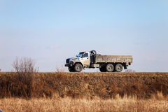 De URAL russo novo EM SEGUIDA - fora do caminhão da estrada 6x6 em uma estrada Fotos de Stock