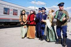 De Uralkozakken ontmoeten de trein bij het centraal station Volksdouane en folklore Russische gastvrijheid royalty-vrije stock fotografie