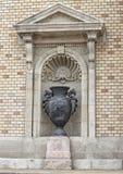 De urn van het close-upmetaal in hoofdgedeelte van Varkert Bazar, Buda Castle, Hongarije stock fotografie