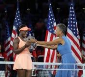 De US Open 2017 kampioen Sloane Stephens van Verenigde Staten ontvangt US Opentrofee tijdens trofeepresentatie royalty-vrije stock fotografie