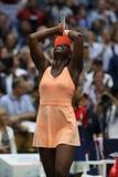 De US Open 2017 kampioen Sloane Stephens van Verenigde Staten viert overwinning na haar definitieve gelijke tegen Madison Keys stock foto