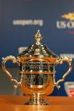 De US Openvrouwen kiest trofee uit bij de persconferentie wordt voorgesteld nadat Serena Williams US Open 2014 kampioenschap dat  Royalty-vrije Stock Afbeeldingen