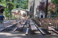 De utomhus- kyrkliga kyrkbänkarna för grotta Royaltyfria Bilder