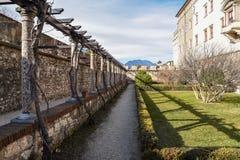 De utomhus- trädgårdarna av den majestätiska slotten av Buonconsiglio på hjärtan av staden av Trento står högt i Trentino Alto Ad royaltyfri foto