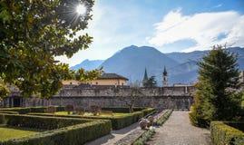 De utomhus- trädgårdarna av den majestätiska slotten av Buonconsiglio på hjärtan av staden av Trento står högt i Trentino Alto Ad fotografering för bildbyråer