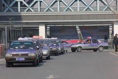 De väntande taxina Arkivbild