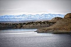 De våta bergen som ses från sjöPueblo i tidig vinter Arkivbilder