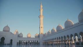 De V.A.E, 2017: Moskee in Abu Dhabi De minaret van de belangrijkste gebedzaal stock video