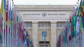 De V.N.-Bureau in Genève door steeg van de nationale vlaggen die van lidstaten wordt gezien stock videobeelden