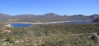 De V.S., Arizona: Woestijnlandschap met Bartlett Lake Royalty-vrije Stock Afbeeldingen