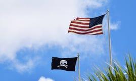 De V.S. en zwarte Piraatvlag samen Royalty-vrije Stock Fotografie