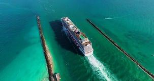 De V.S. florida Het strand van Miami JULE, 2017: Cruiseschip die haven van Miami verlaten stock footage