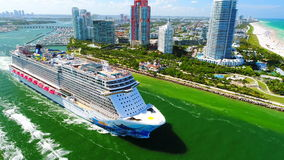 De V.S. florida Het strand van Miami JULI, 2017: Cruiseschip die haven van Miami verlaten stock video