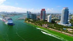 De V.S. florida Het strand van Miami JULI, 2017: Cruiseschip die haven van Miami verlaten stock video