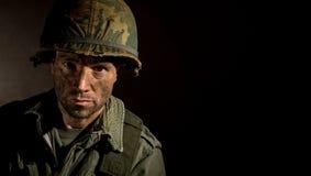 De V.S. Marine Vietnam War met gezicht in modder wordt behandeld die royalty-vrije stock fotografie