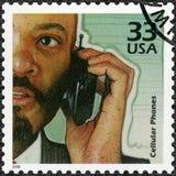 De V.S. - 2000: toont de Mens gebruikend mobiele telefoon, verhoging van gebruik van cellulaire telefoons, vieren de reeksen de E royalty-vrije stock foto