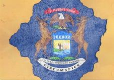 De V.S. verklaren de vlag van Michigan in groot concreet gebarsten gat en gebroken materiële muur royalty-vrije stock afbeeldingen